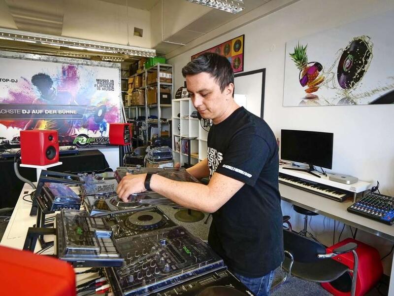 Karl Boltz in seiner DJ-Schule in Ludwigsburg (Foto von Simon Granville)